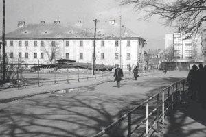 Prázdne miesto po zbúranom Glückstahlovom dome (vľavo).