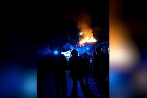 Rozsiahly nočný požiar zachvátil aj okolité príbytky.