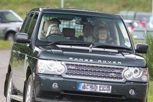 Kráľovná za volantom svojho tmavozeleného Range Roveru z roku 2005.