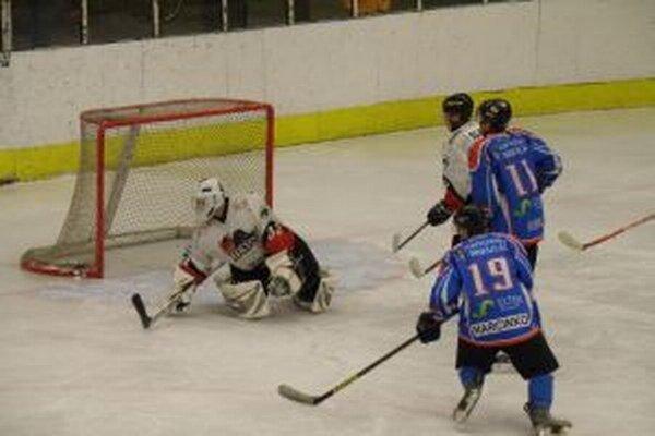 L. Mikuláš (v modrom) rozhodol o výhre až v poslednej tretine.