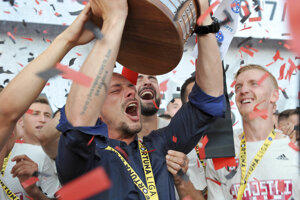 Tréner FC Spartak Trnava Nestor El Maestro s trofejou.