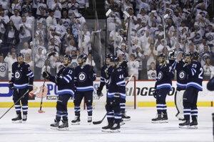 Sklamaní hráči Winnipegu po rozhodujúcom zápase s Vegas.