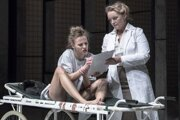 V úlohe Emmy Barbora Andrešičová, vpravo ako lekárka Eva Pavlíková.