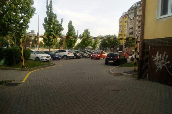 Rampa obmedzujúca výšku vozidiel pri vjazde na parkovisko.