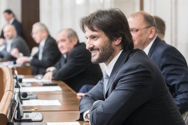 Poslancovi Smeru Róbertovi Kaliňákovi asistuje v parlamente právnička Zuzana Pisoňová.