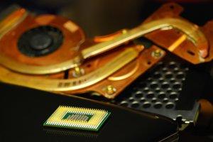 Výskumníci Microsoftu a Googlu odhalili ďalšiu chybu v procesoroch Intel, AMD a ARM.