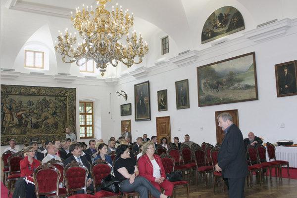 Huňadyho sála Bojnického múzea, ktorej dominuje obrovský barokový pozlátený luster so 110 svietiacimi bodmi.