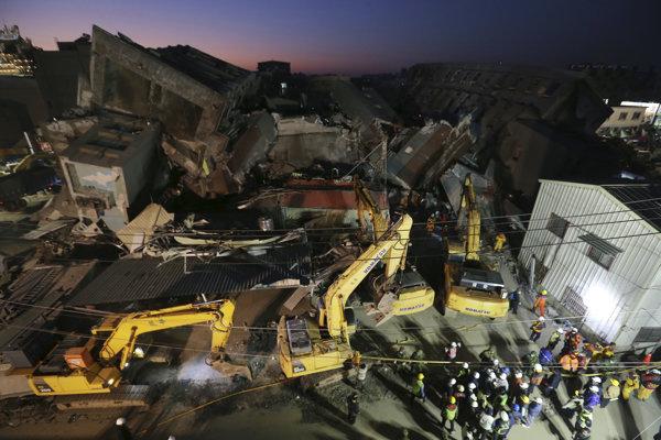 Počet obetí silného sobotňajšieho zemetrasenia s magnitúdou 6,4 stúpol na najmenej 38.