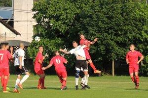 Zápas medzi domácim Kolárovom (v červenom) aŠuranmi priniesol zvrat, dobrý futbal anapokon remízu 2:2.