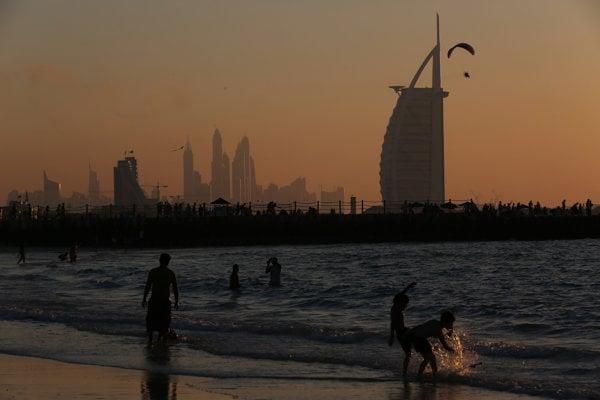 Burj al-Arab, hotel v tvare plachetnice je symbolom Dubaja.
