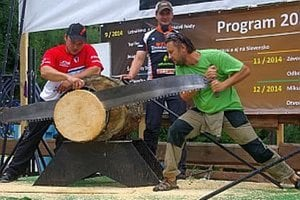 Odvážlivci z publika súťažili v pílení dreva. Na výzvu zareagoval aj tento muž z horského hotela na Čertove.