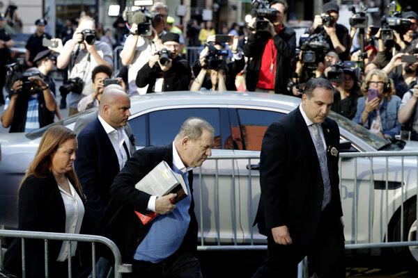 Filmový producent Harvey Weinstein (na snímke druhý sprava) sa vydáva do rúk polície.