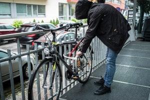 Najbezpečnejšie zámky na bicykel sú vyrobené z jedného kusa železa v tvare U, ktoré tesne priľnú na rám.