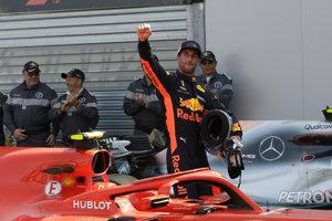 Daniel Ricciardo zdraví fanúšikov po ússpešnej kvalifikácii.