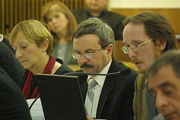 Juraj Smatana je poslancom mestského zastupiteľstva v Považskej Bystrici. Na fotografii počas rokovania na jednom zo zasadnutí (prvý sprava).