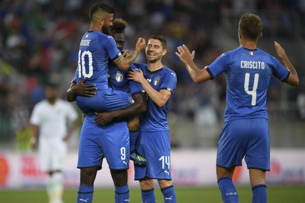 Talianski futbalisti sa radujú po góle Maria Balotelliho.