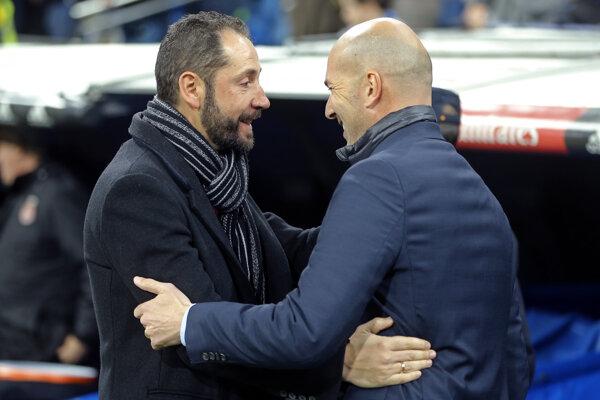 Pablo Machín (vľavo) sa stal novým trénerom FC Sevilla. Na fotografii v rozhovore s trénerom Realu Madrid Zinedinom Zidanem.