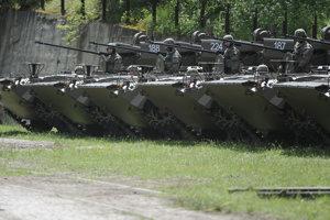 Pohľad na modernizované bojové vozidlá BVP-M a BPS-VI ISTAR pechoty v priestoroch prevádzky špeciálneho skúšobníctva Lieskovec spoločnosti Konštrukta - Defence v Dubnici nad Váhom.