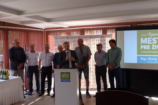 Matej Fabšík dnes oficiálne oznámil kandidatúru na primátora Kysuckého Nového Mesta. Predstavil aj tím ľudí, ktorí stoja za ním.