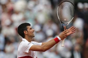 Novak Djokovič postúpil v Paríži do druhého kola.