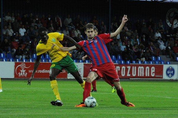 Prince Ofori (vľavo) má bohaté skúsenosti aj z najvyššej slovenskej súťaže.