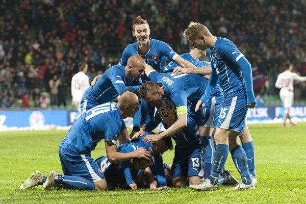 Radosť slovenského tímu po góle Ondreja Dudu.