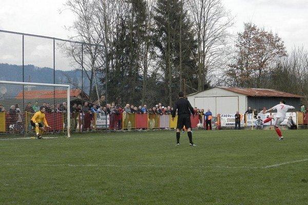 Brankár Uríček patrí k oporám tímu. Kým v Kotešovej strelil gól, v stretnutí s Bánovou chytil pokutový kop.