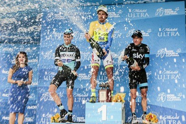 Peter Sagan oslavuje na pódiu celkové víťazstvo na prestížnych pretekoch.