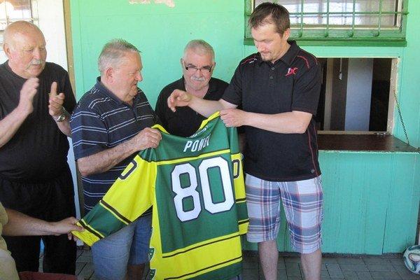 Športový manažér MsHK DOXXbet Žilina Imre Valášek (úplne vpravo) blahoželá oslávencovi a odovzdáva mu dres s číslom 80.