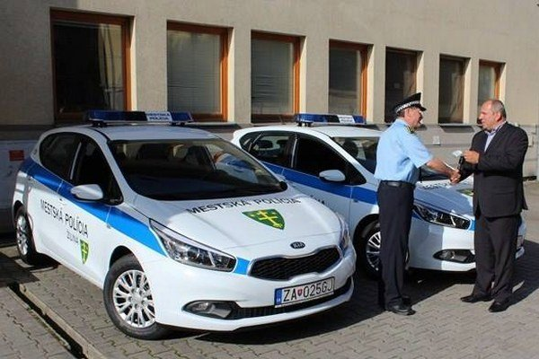 Igor Choma, primátor mesta Žilina (vpravo), odovzdáva kľúčiky od nových áut náčelníkovi mestskej polície Milanovi Šamajovi.