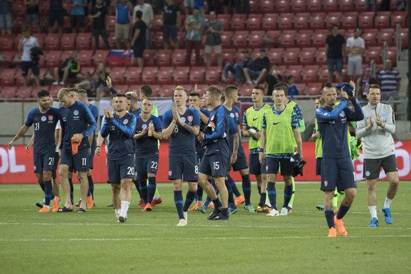 Slovenskí futbalisti po stretnutí ďakujú fanúšikom.