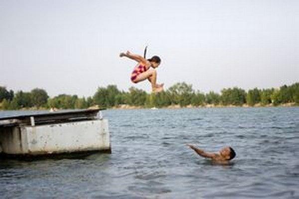 Kúpanie v jazere je len na vlastné riziko.