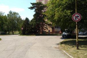 Na križovatke Humenskej a Michalovskej sa už parkovať nesmie