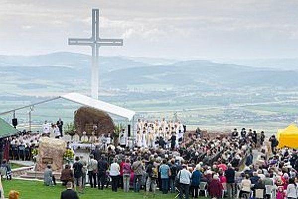 Počas slávnosti požehnania pamätníka.