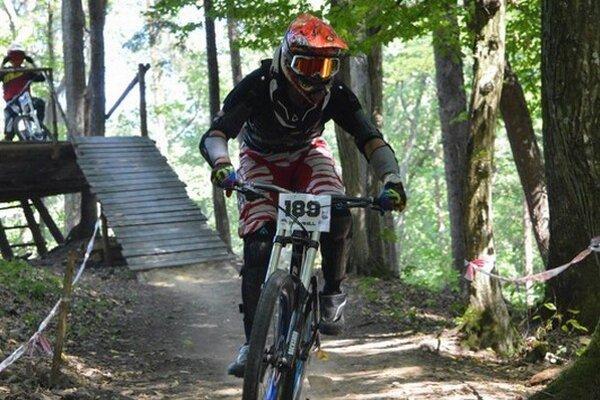 Odvážne kúsky cyklistov videl aj primátor Bytče Miroslav Minárčik.