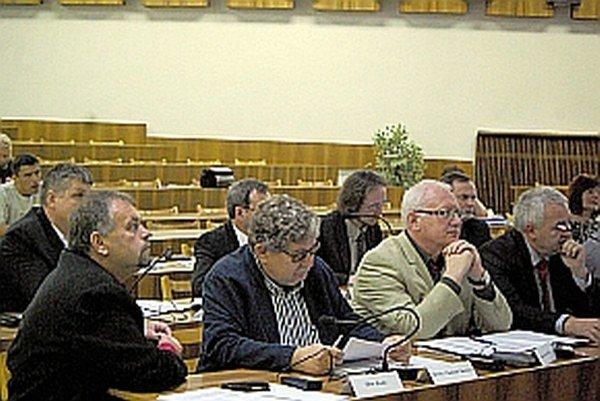 Poslanec Juraj Pekár (v strede) žiadal, aby našlo mesto vhodnú formu prideľovania daru.