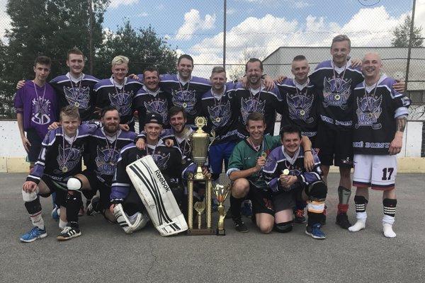 Hokejbalisti KHK Suché Dresy, čerství majstri Kysuckej hokejbalovej ligy.