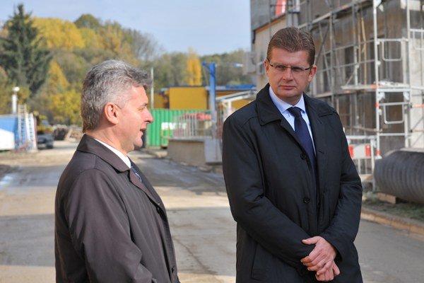 Na snímke minister životného prostredia SR Peter Žiga (vpravo) a generálny riaditeľ SeVak, a. s. Miroslav Kundrík v priestoroch čističky odpadových vôd v Bytči.