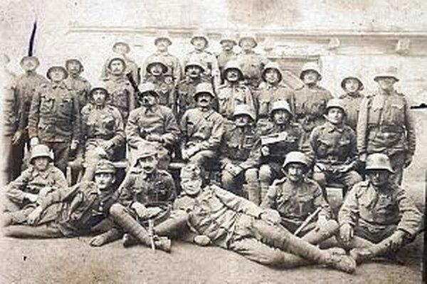 Na fronte vo Francúzsku, rok 1918. Medzi vojakmi sú aj chlapi zo stredného Považia.