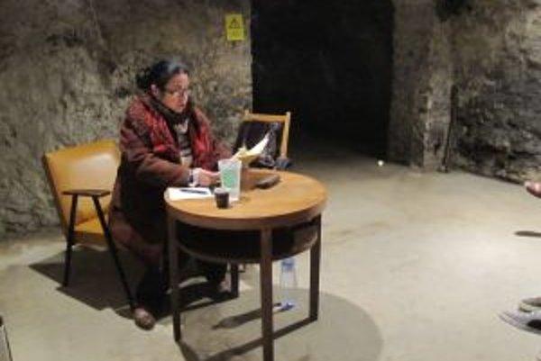 Literárna noc v katakombách. Z knihy  čítala dramaturgička Darina Abrahámová.
