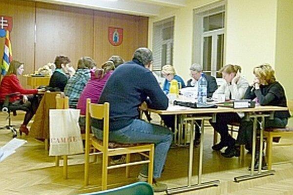Poslanci navrhovali,kde by bolo možné knižnicu presťahovať.