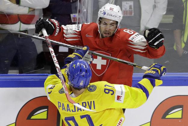 So zranením odohral finále MS aj ďalší Švajčiar, Simon Moser (v červenom drese).