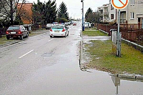 V nepriaznivom počasí stojí na ceste voda.