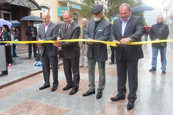 Pásku slávnostne prestrihol primátor Igor Choma (vpravo) spoločne s architektom, prednostom MsÚ a zhotoviteľom stavby.
