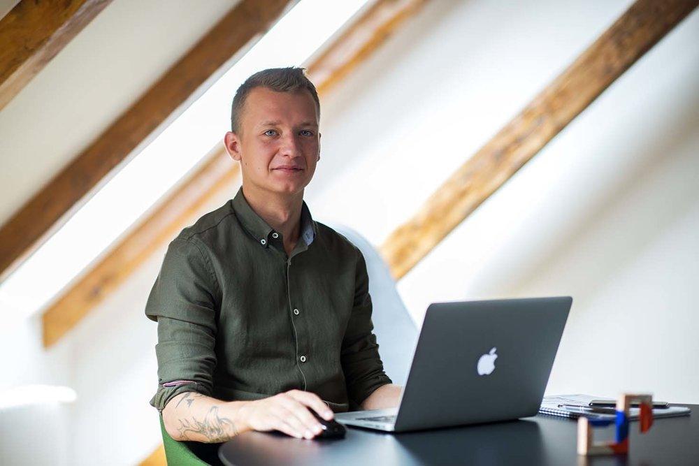 Oliver Hacaj sa  venuje interiérovému  dizajnu a architektúre.