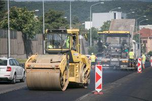 Ťažké stroje počas prác na oprave cesty na Brnianskej ceste.