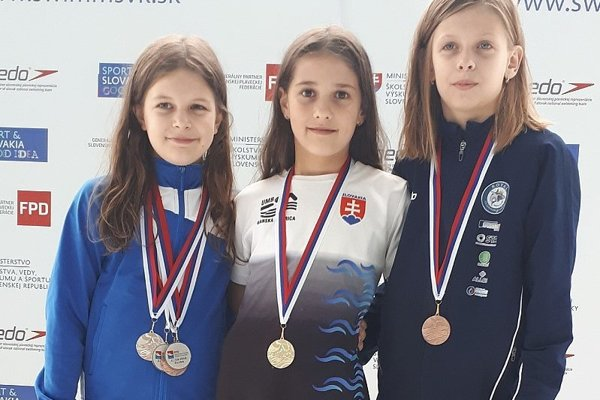 Ema Malíková (v strede) so zlatou medailou.