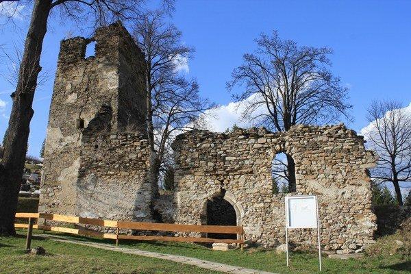 Zrúcanina gotického kostola v Stránskom.