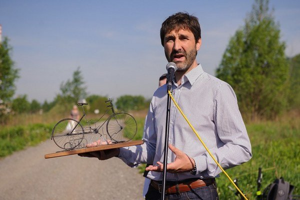 Juraj Blanár pri otváraní cyklocesty.