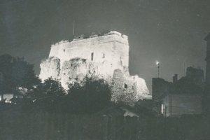 Osvetlené hradné bralo zachytáva pohľadnica z roku 1938.